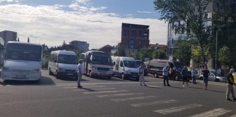 Transporti ndërqytetas rinis me pak udhëtarë/ Nuk ka ndryshim të çmimit të biletës